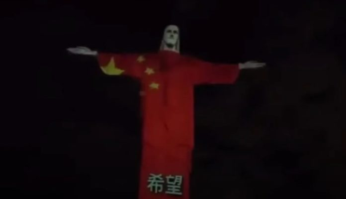 Cristo redentor viste la bandera de China